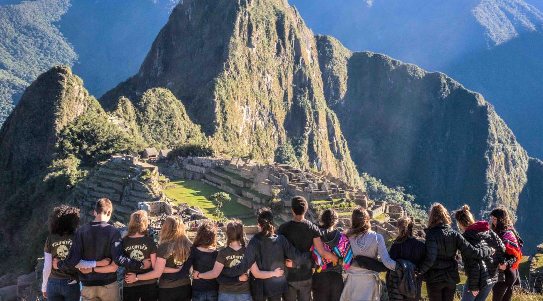 Durante su año sabático después del bachillerato, estudiantes visitan Machu Picchu como parte de su voluntariado.